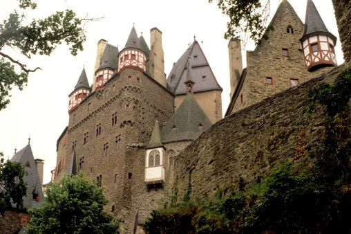 Крепость Бург Эльц в долине Мозель