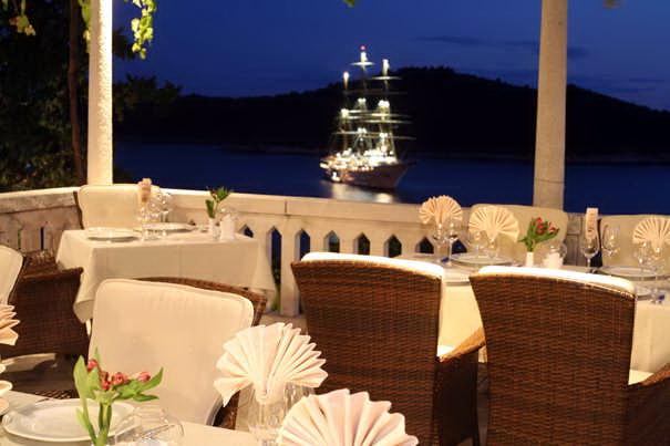 Ресторан Victoria в Дубровнике ночью