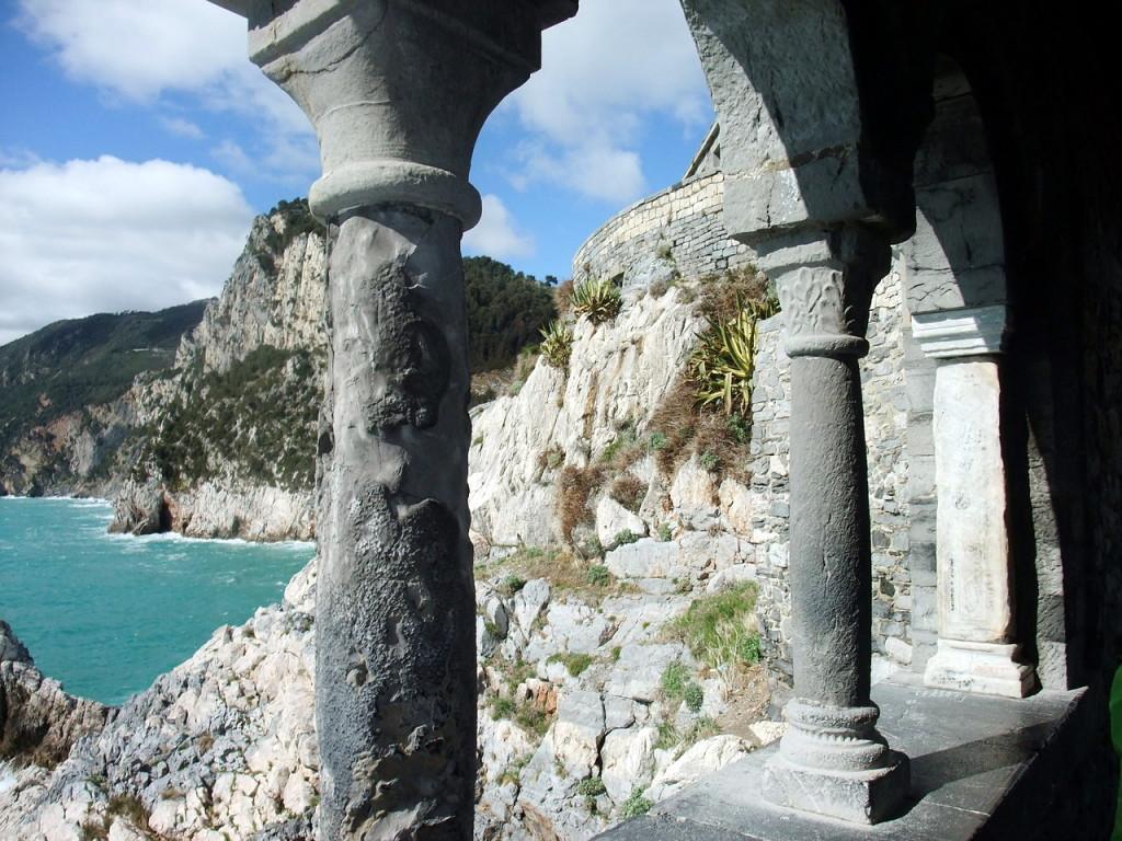 Вид на скалы Чинкве-Терре со стороны старинной колонады