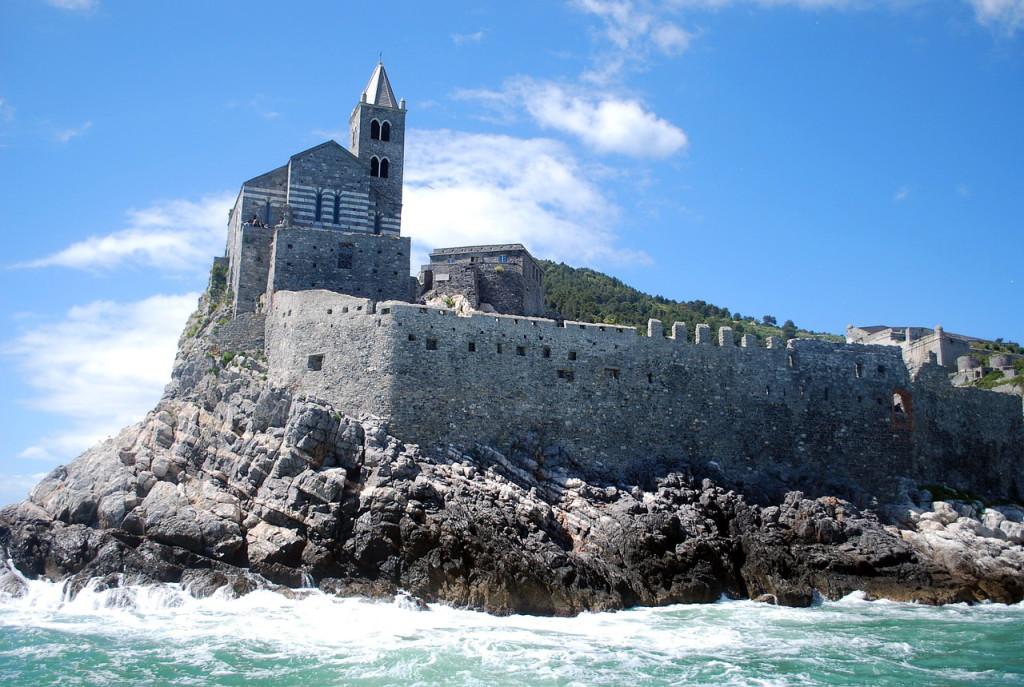 Средневековый форт со старинной церквушкой на берегу Лигурийского побережья Италии, где и расположены 5 земель Чинкве-Терре