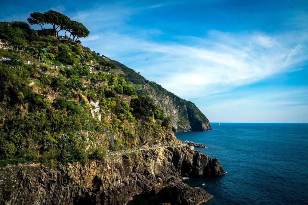 Дороги, вдоль всего Лигурийского побережья Италии и, в частности, Чинкве-Терре так же живописны и головокружительны, как и здешние пейзажи. Таковы особенности рельефов!