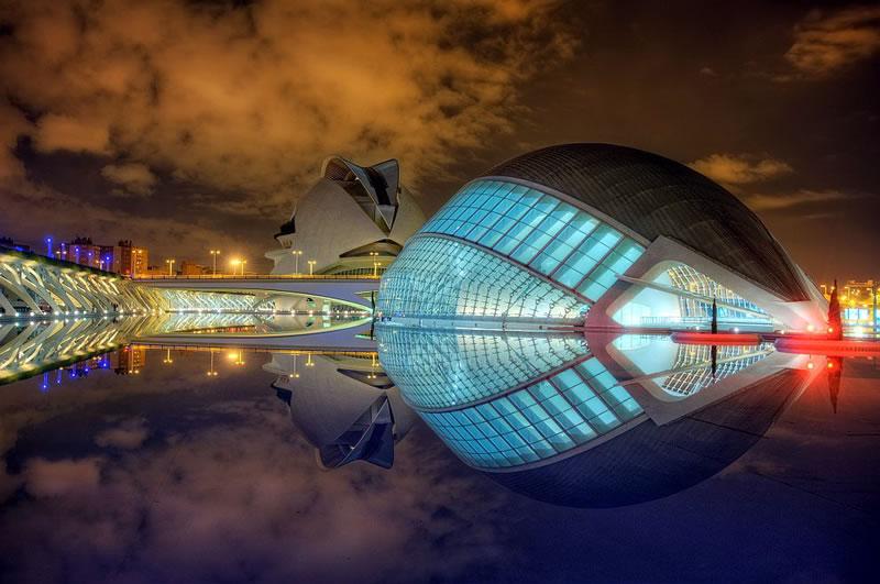Ночной невероятно красивый вид Города наук и искусств в подсветке, которая тут так же современна, как и дизайн всего комплекса