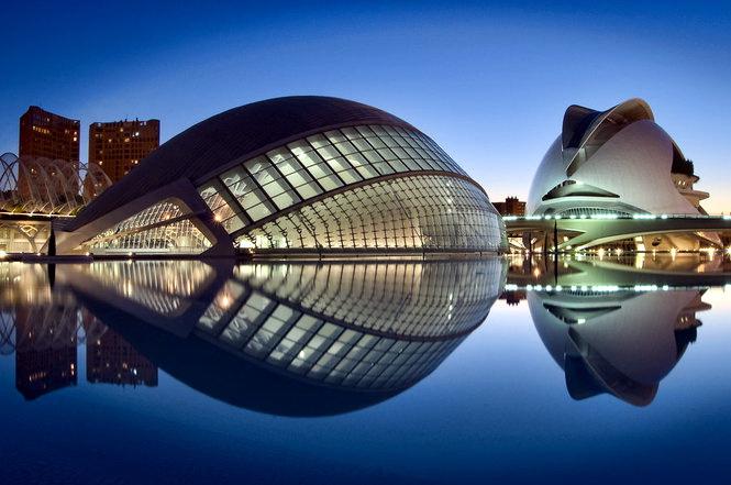 Город наук и искусств Валенсии ночью