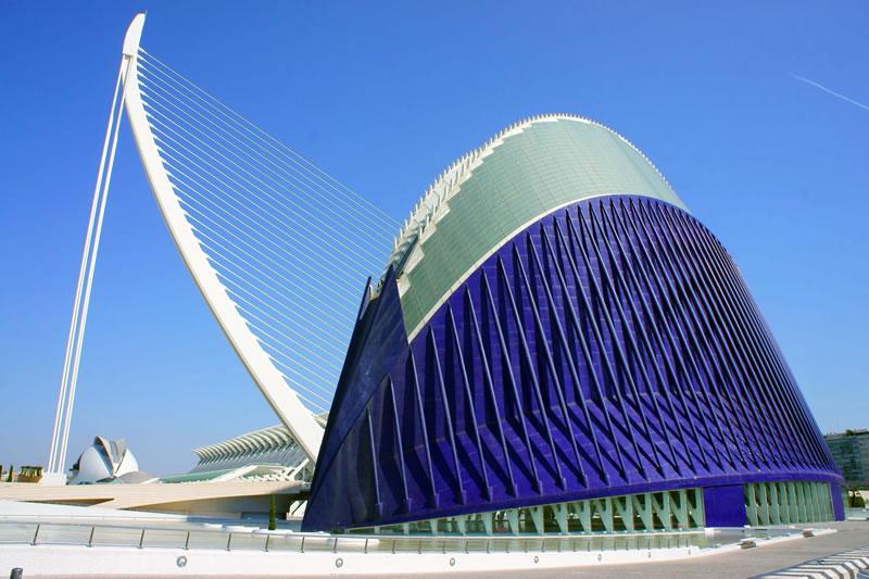 Город наук и искусств (Валенсия). Кстати, знаете ли вы, что строительство это грандиозного объекта было начато еще в середине 90-х. Закончить работы удалось только к 2005 года - в окончательном их варианте