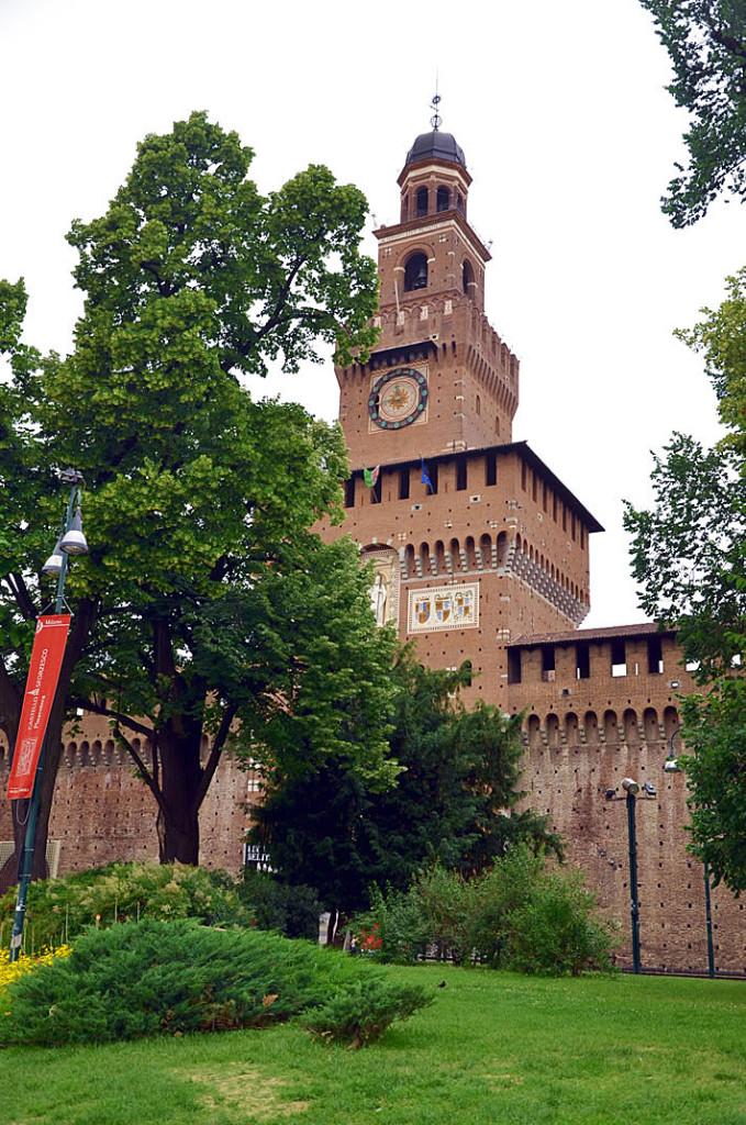 Главный вход в средневековую крепость Сфорца в Милане