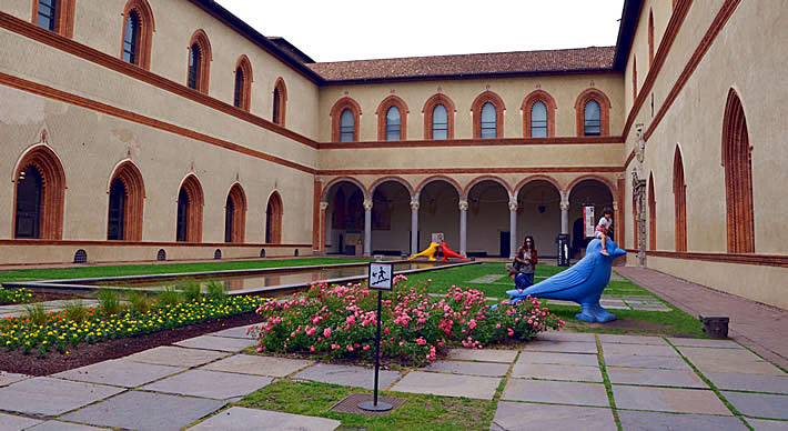 Внутренний двор замка Сфорца в Милане