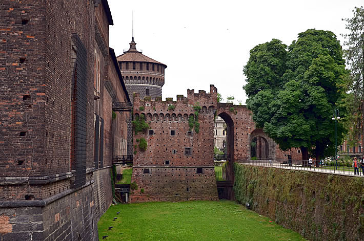 Знаменитый замок Сфорца в Милане